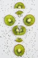 arranjo de kiwi em fundo branco foto