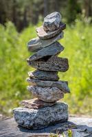 pedras empilhadas do lado de fora foto