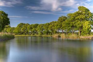 margem do rio gota ao sol dourado do entardecer foto
