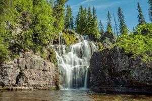 bela cachoeira no norte da Suécia foto