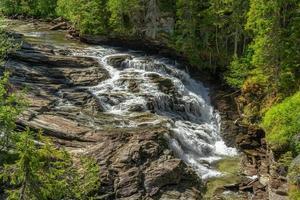 cachoeira na encosta de uma montanha foto