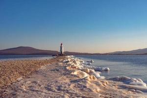 paisagem marinha do farol tokarev contra um céu azul claro em vladivostok, Rússia foto