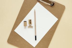 lápis e apontador de madeira na prancheta foto