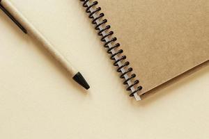 lápis e caderno foto
