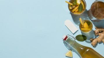 bebida e ingredientes de kombuchá de gengibre com espaço de cópia foto