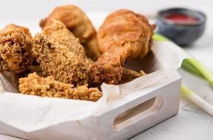 bandeja de frango frito vista frontal foto