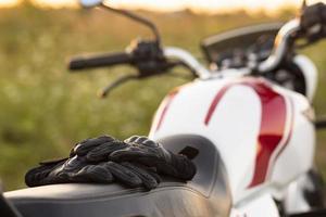 Luvas de visão frontal em uma motocicleta foto