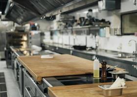vista frontal da cozinha profissional foto