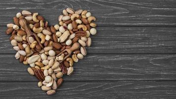 forma de coração feita de nozes com espaço de cópia foto