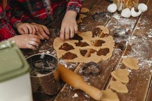 crianças de alto ângulo fazendo biscoitos juntas em casa foto