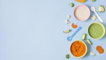 moldura de comida de bebê em fundo azul foto