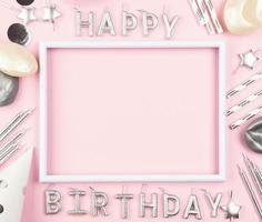 enfeites de aniversário em fundo rosa foto