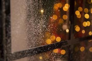 efeito bokeh na janela com neve foto