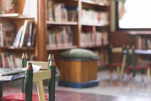 cadeiras e mesa na biblioteca infantil foto
