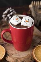 xícara de natal de chocolate quente com marshmallows foto