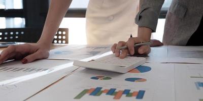close-up de profissionais olhando gráficos