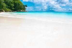 bela praia tropical e mar no verão foto
