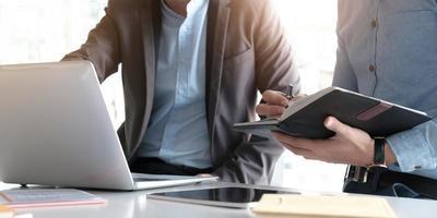 profissionais usando um notebook e laptop