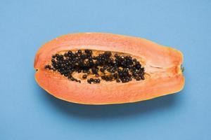 close-up de deliciosa papaia em fundo azul foto