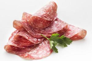 close-up de delicioso salame com salsa foto