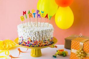 close-up de delicioso bolo de aniversário com acessórios foto