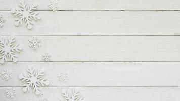 plana coloque flocos de neve decorativos de natal na placa de madeira foto