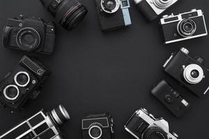 círculo de fotos emolduradas e câmeras de vídeo