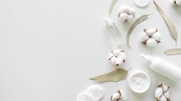 cosméticos de algodão em fundo branco