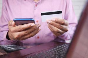 homem fazendo compras em um smartphone