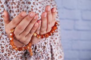 contas de oração com as mãos foto