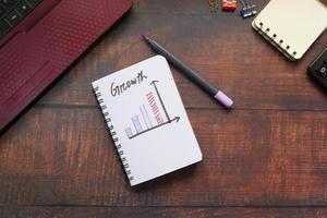 gráfico de crescimento em um bloco de notas foto