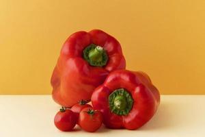 ingredientes de pimentão vermelho e tomate foto