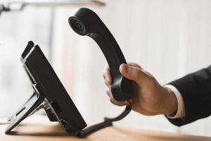 empresário segurando fone de ouvido foto