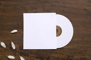 maquete de cd com pétalas foto