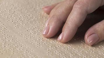 close-up lendo braille à mão foto