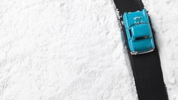 close-up de um carrinho de brinquedo azul com neve foto