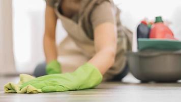 mulher close-up limpando chão foto