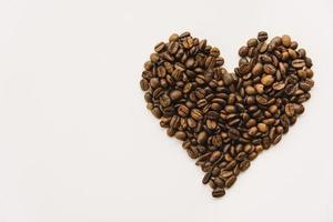 grãos de café em forma de coração foto