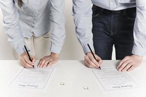 casal assinando formulários de divórcio juntos foto