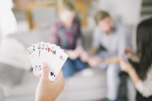 cortar pessoa com cartas jogando com amigos foto