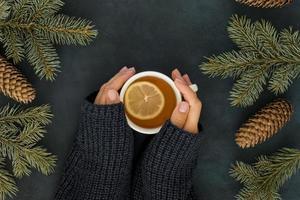 conceito de inverno fofo com uma mulher segurando uma xícara de chá foto