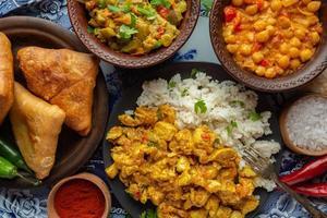 bandeja de comida indiana deliciosa, vista de cima foto