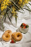 donuts e morangos foto