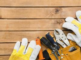 diferentes ferramentas de carpintaria na mesa de madeira foto