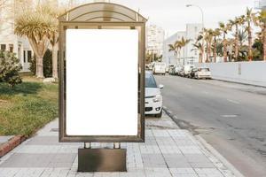 placa de sinalização branca vazia no ponto de ônibus foto
