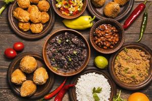 variedade plana com deliciosa comida brasileira foto