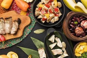 variedade de comida brasileira plana foto