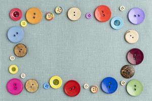 botões coloridos em tecido plano foto