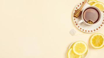chá preto com fatias de limão fresco em fundo bege foto