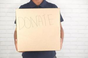 homem segurando uma caixa de doação foto